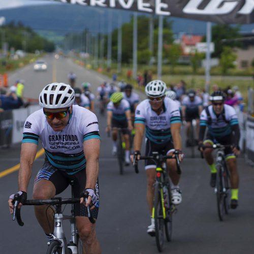 Plusieurs cyclistes à l'arrivée du Granfondo