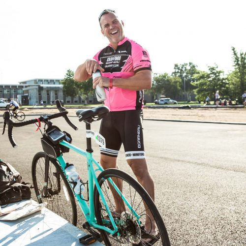 Dave Morissette debout à côté de son vélo