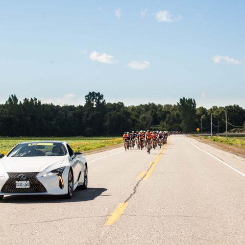 Lexus devant le granfondo